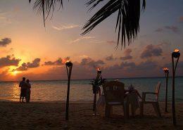 cena romantica in spiaggia alle Maldive