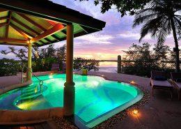 Royal Island Maldive piscina al tramonto